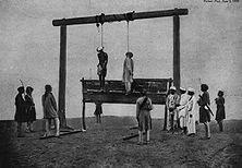 """Englands Rache an Indien Dieses Photo von 1857 wurde 1939 von der englischen Zeitschrift"""" Picture Post"""" veröffentlicht. Es zeigt die Methoden, mit denen die englischen Behörden nach der Niederwerfung des Sepoy-Aufstandes vorgingen. """"Die Hinrichtungen von Eingeborenen geschahen ganz summarisch und wahllos"""", berichtet ein englischer Augenzeuge."""