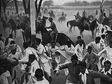 Ein Bild aus Indiens Kampf um die Freiheit Zwar werfen die indischen Baumwollspinnereien, an denen fast nur englisches Kapital beteiligt ist, hohe Dividenden ab, in manchen Jahren 400 Prozent. Aber ein Fünftel der indischen Bevölkerung ist unterernährt. Allein in den Jahren 1860-1909 starben 30 Millionen Menschen den Hungertod. Wer aber für ein menschenwürdiges Dasein demonstriert, wird mit der blanken Waffe bekämpft.