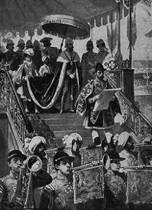 """Die Verkündung des indischen Kaiserreiches in Delhi Um den Indern die Macht des """"unbesieglichen"""" Englands deutlich zu machen, wurde auf Betreiben Disraelis die Königin Victoria 1877 in Delhi, der alten Residenz der Großmoguln zur Kaiserin von Indien"""" ausgerufen Gleichzeitig herrschte in Indien eine furchtbare Hungersnot"""