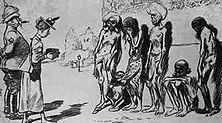 """Das """"Kaiserreich Indien"""" in französischer Beleuchtung Das ausgemergelte indische Volk als """"Motiv"""" für die Kamera der reisenden Lady, neben der ein englischer Feldwebel Wache halten muss. Denn selbst vor Hunger zu Tode erschöpft, könnten die Inder noch aufbegehren . . . - Aus der französischen Wochenschrift """"Le Rire"""""""