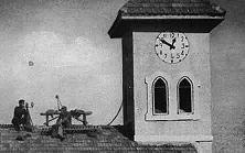 Auf dem Dach der deutschen Kirche in Birsalem hat sich ein englischer Spähposten eingenistet, der die Bewegungen der um die Freiheit des Landes von englischer Unterdrückung kämpfenden Araber beobachten soll.
