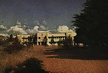 Englische Schule in Deutsch- Südwestafrika Während die deutschen Kinder in engen Räumen untergebracht sind, haben die Engländer für ihre Kinder in Windhuk nicht nur die alte deutsche Schule beschlagnahmt, sondern sich von den Erträgnissen deutschen Fleißes auch noch diesen Schulpalast errichtet.