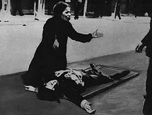 An der Seite des ermordeten Sohnes Wie diese Frau, die an der Leiche ihres von den Engländern ermordeten Sohnes kniet, so klagt das ganze arabische Volk England an, das die Fackel des Krieges in das Land getragen hat.