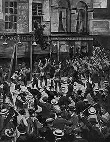 """""""Deutschland muß zerstört werden..."""" Bei Ausbruch des Weltkrieges griff der Deutschenhaß in England so stark um sich, daß der Londoner Pöbel deutsche Läden zerstörte. - Zeitgenössische Zeichnung nach englischen Photos."""