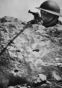 Englands Gesicht in Palästina 1916 hat England das Land den Arabern, 1917 den Juden versprochen, während es in Wirklichkeit aus wirtschaftlichen und strategischen Gründen - Ölzufuhr aus Mesopotamien nach dem Mittelmeer und Bewachung des Suez- Kanals! selbst hier Herr sein wollte.